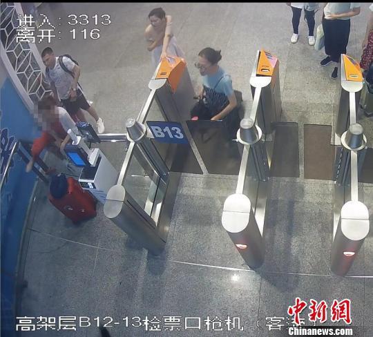 女乘客广州南站强行冲闸阻碍高铁正常发车 被拘留9日 农民收购玉米被判