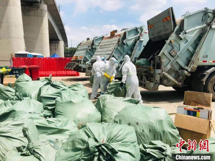 """在""""高风险区""""的环卫工:爬楼收垃圾 工作量约为平时的5倍"""