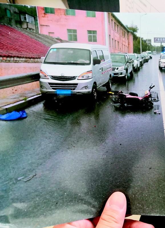 老人雨夜被摩托撞倒不幸离世 家属悬赏2万元寻找肇事逃逸者