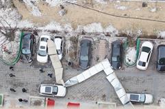 长春小区排风道被风吹落砸毁6车