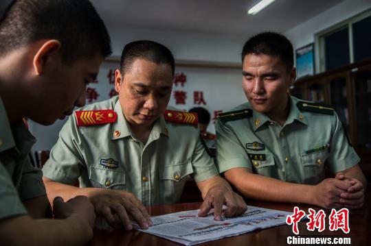 """对于他身边的战友来说,涂颜淼是耐心、可敬、可爱的""""淼叔""""。 李南轩 摄"""