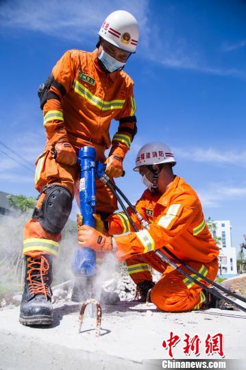 台风、地震、火灾……26年来,涂颜淼(左)所经历的救援任务数不胜数。 李南轩 摄