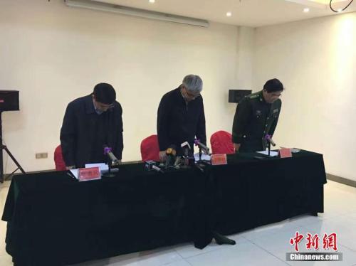 """资料图:2016年11月24日,在江西省丰城电厂""""11・24""""事故新闻发布会上,李贻煌(中)向事故罹难者默哀。 王剑 摄"""