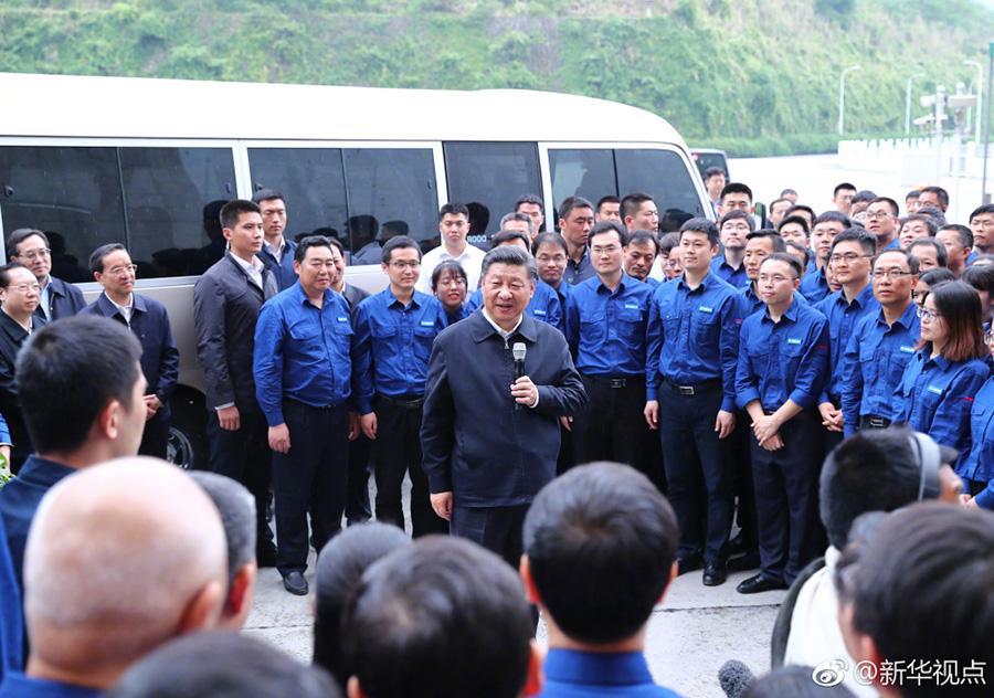 """新华网北京4月25日电24日下午,习近平总书记来到三峡大坝,登上坝顶,极目远眺长江上下游,详细了解三峡工程建设、发电、水利、通航、生态保护等方面的情况。随后,前往通航船闸、升船机和左岸发电厂实地调研。他对工程技术人员说,今天到三峡大坝来看一看,感到很高兴、很激动。国家取得这么伟大的成绩,这也是你们作出的贡献。国家要强大、民族要复兴,必须靠我们自己砥砺奋进、不懈奋斗。行百里者半九十。中华民族的伟大复兴,不会是欢欢喜喜、热热闹闹、敲锣打鼓那么轻而易举就实现的。我们要靠自己的努力,大国重器必须掌握在自己手里。要通过自力更生,倒逼自主创新能力的提升。试想当年建设三峡工程,如果都是靠引进,靠别人给予,我们哪会有今天的引领能力呢。我们自己迎难克坚,不仅取得了三峡工程这样的成就,而且培养出一批人才,我为你们感到骄傲,为我们国家有这样的能力感到自豪。希望我们共同努力,上下同心,13亿多中国人齐心合力共圆中国梦。(据新华社""""新华视点""""微博报道 文字:霍小光 摄影:谢环驰、鞠鹏、庞兴雷)"""