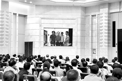 图为江西省组织领导干部在警示教育会上集中观看《为了政治生态的山清水秀》警示教育片。(资料图片)