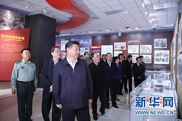 中国青年网北京9月26日电(记者 李拓)在四川省阿坝藏族羌族自治州的松潘县川主寺镇,一座纪念碑已经巍峨矗立了26个年头。在纪念碑脚下的碑志上,铁画银钩地写着中华民族,上下五千年。千古江山,英雄辈出,唯万里长征,举世无双胜利会师,铁流三万,悲壮历程,天惊地撼。中华威,民族魂,创一代天骄,垂万代风范。   这就是红军长征纪念碑,时刻提醒着来到这里的人们,当年红军是如何走过两万五千里长征路,最终推翻旧世界,创建新中国。   2016年9月23日,北京。在中国工农红军长征胜利80周年之际,中共中央总书记