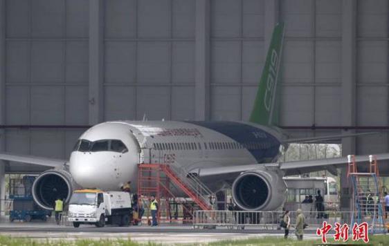 中国青年网北京5月5日电 (记者 杨月) 中国人的航空强国梦从未如此真切!首架国产民航干线飞机C919于5月5日在上海浦东国际机场首飞。这是中国首次按照国际标准研制、拥有自主知识产权的大型客机。由于国内外的高度关注,它有了新名字全民网红。然而鲜有人知,这个全民网红从立项到投产,台前幕后经历了怎样曲折的故事。中国青年网记者专访了2006年国务院大飞机论证委员会成员高梁。  2006年国务院大飞机论证委员会成员高梁。本人供图   高梁曾于1999年在《经济管理文摘》上发表文章《天高云淡,望断