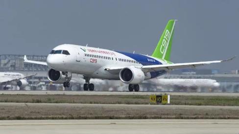首架国产民航干线飞机c919在上海浦东机场进行高滑抬前轮试验.