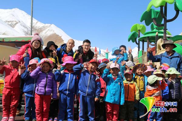 部分记者和普兰县幼儿园小朋友合影。阿里地区宣传部 刘晓娟 摄