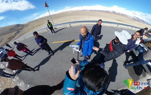 采访团庆祝央视网记者邢明找回无人机。中国经济网记者董家朋 摄