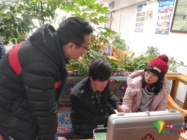 央视网尹惠仙高原反应严重,队医对其进行身体检查。中国青年网记者 李佳音 摄