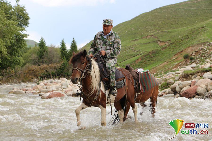 努尔江骑马度过湍急的河流。中国青年网记者 李川 摄