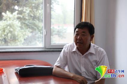 李俊在讲述当年的治沙故事。中国青年网记者 张瑞玲 摄