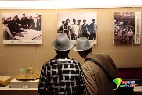 """""""墙上这些关于宝日勒岱的故事,我们都知道。""""两位老者专门到牧区大寨博物馆重温""""女愚公""""宝日勒岱的故事。中国青年网记者 王增强 摄"""