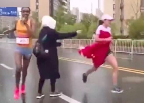 主办方回应马拉松递国旗事件.jpg