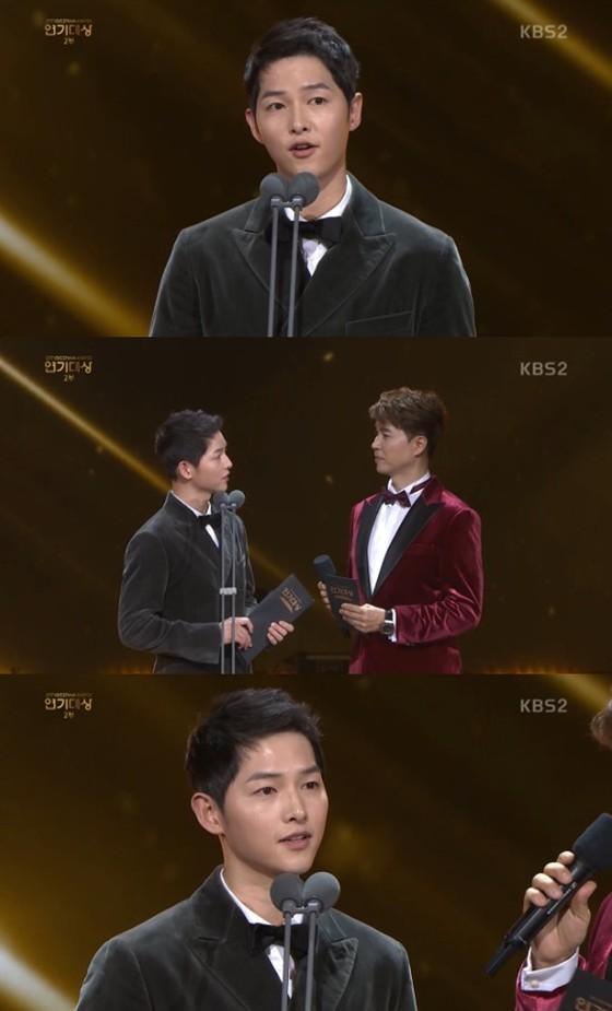 宋仲基在KBS演技大赏被问及妻子宋慧乔近况:过得很好