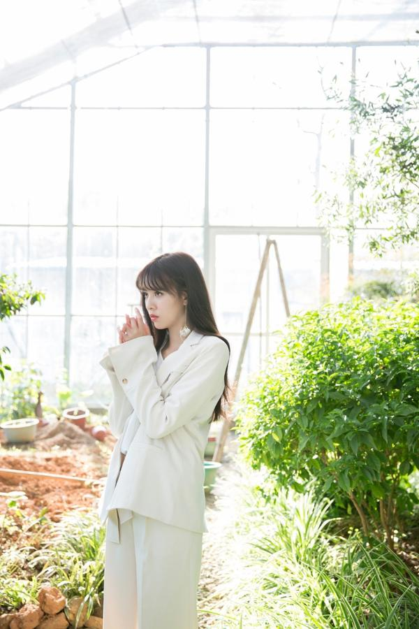 组图:宋妍霏青春洒脱极简风 率性自然展少女酷感