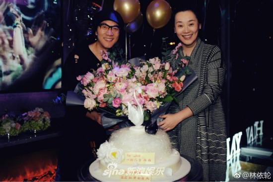 组图:林依轮为妻子西华庆生 妻美子帅夫妻甜蜜拥吻