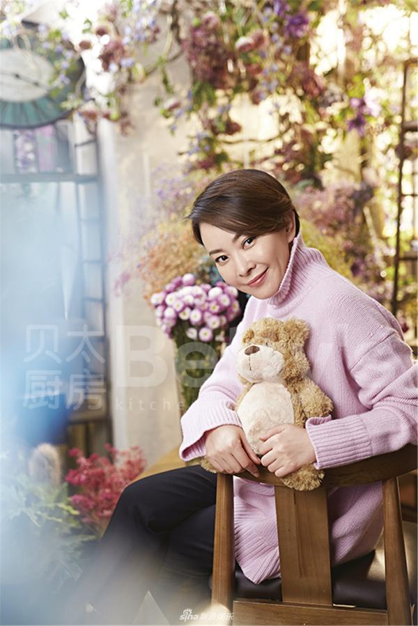 组图:刘威葳杂志大片曝光 粉色毛衣甜美温暖人心