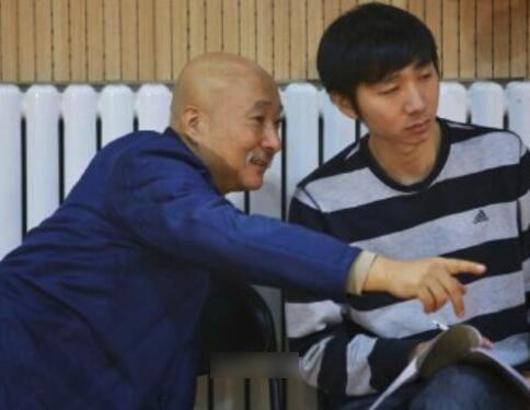 陈佩斯27岁儿子近照曝光 与父亲同框长相神似
