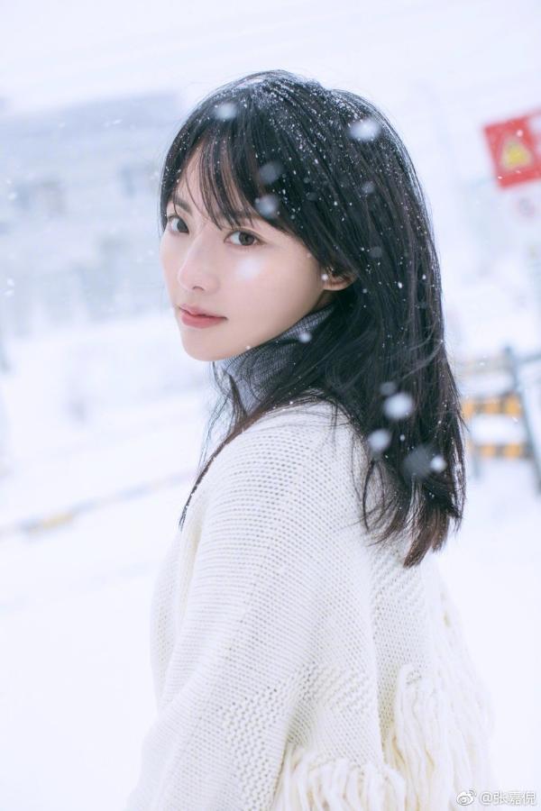 组图:张嘉倪雪中站立仙气十足 一袭白衣画风清纯唯美