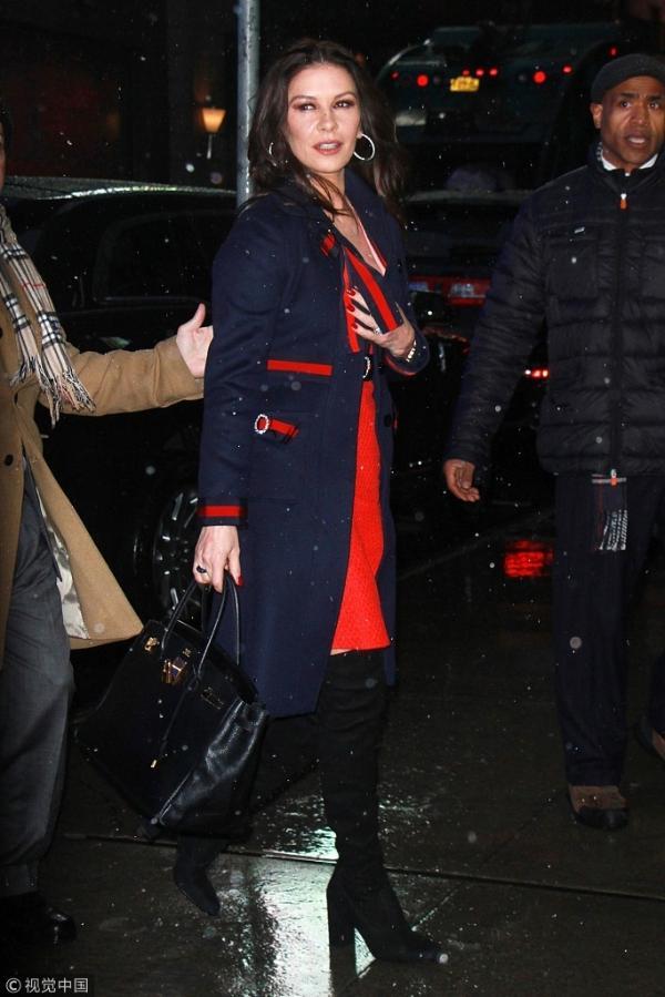 组图:凯瑟琳·泽塔·琼斯卷发妩媚女神范足 红蓝套装优雅出街