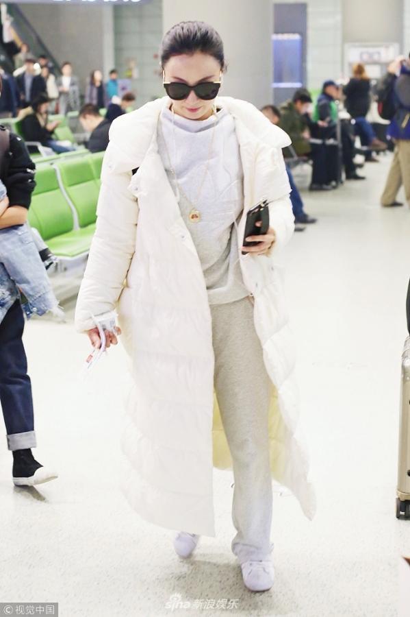 组图:陶虹素颜现身机场 裹白色羽绒服似棉被