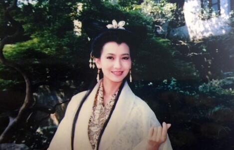 63岁白娘子竟有无痕肌 赵雅芝晒美照嫩如少女