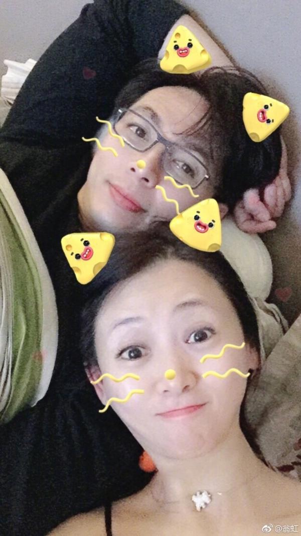 组图:翁虹结婚十一周年纪念日 与老公同框卖萌幸福满满