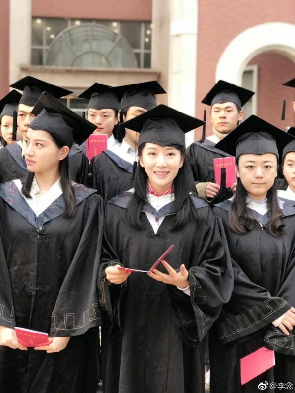 组图:李念张博成同学?新剧重返校园回味毕业时光超开心