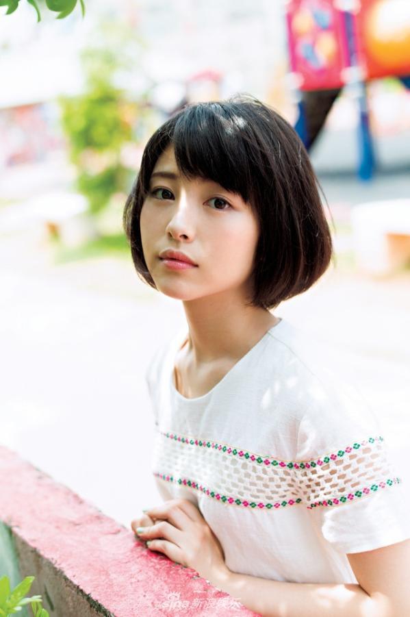 日前日本新生代演员滨边美波拍摄一组唯美写真,短发清纯可爱.