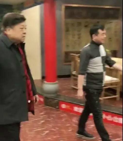 76岁高龄的赵忠祥饭店过生日 身材发福走路大喘气