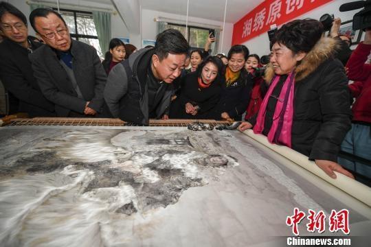 组图:朱军画作《牧羊女》绣品封针 5位教师耗时1年完成