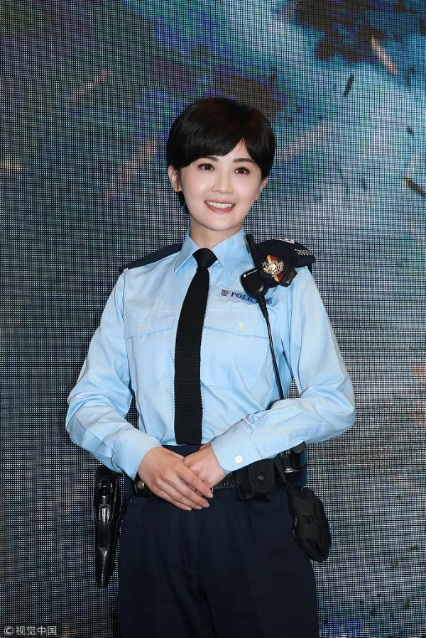 蔡卓妍戴假发穿制服变身帅气女警
