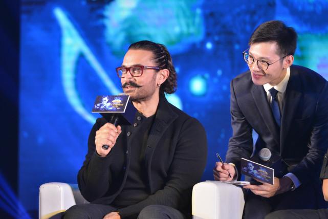 阿米尔汗来华为《神秘巨星》造势 与刘国梁同台打兵乓