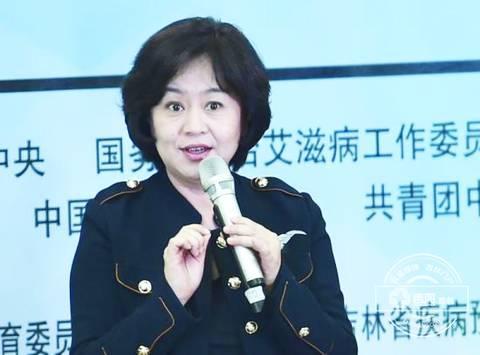52岁鞠萍姐姐近照曝光 与濮存昕合影笑容和蔼