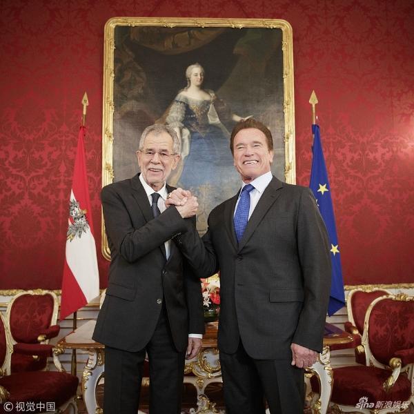 组图:施瓦辛格与奥地利总统会面 握手似好兄弟还玩起自拍
