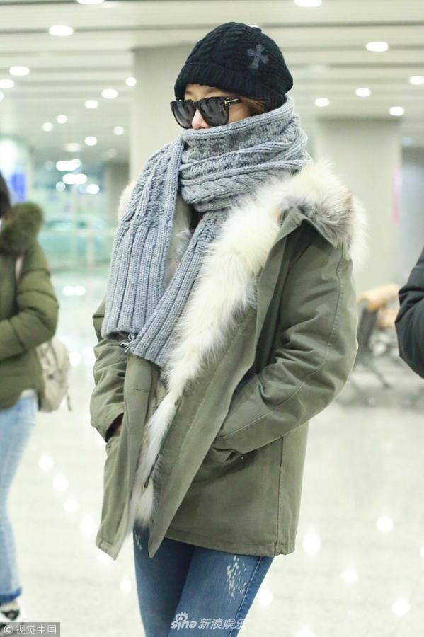 组图:林心如机场大方挥手戒指吸睛 穿得保暖又可爱