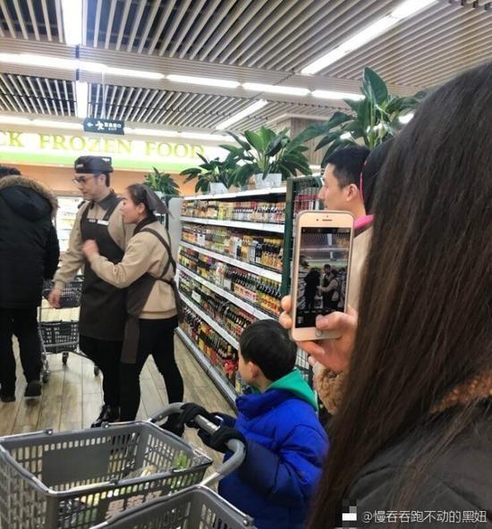 网友超市偶遇林依轮卖辣酱 旁边大姐的表情亮了
