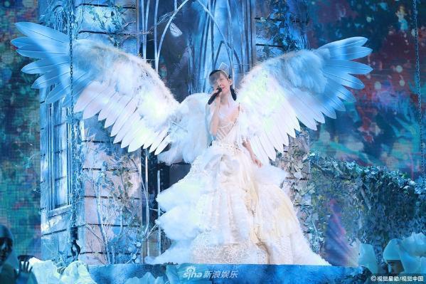 组图:不老女神周慧敏性感宫廷装亮相 百变造型惊艳演唱会