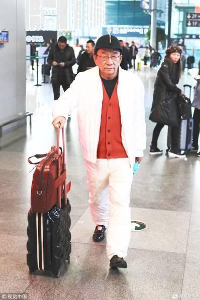 72岁侯耀华现身机场,绿帽搭红衣精神好