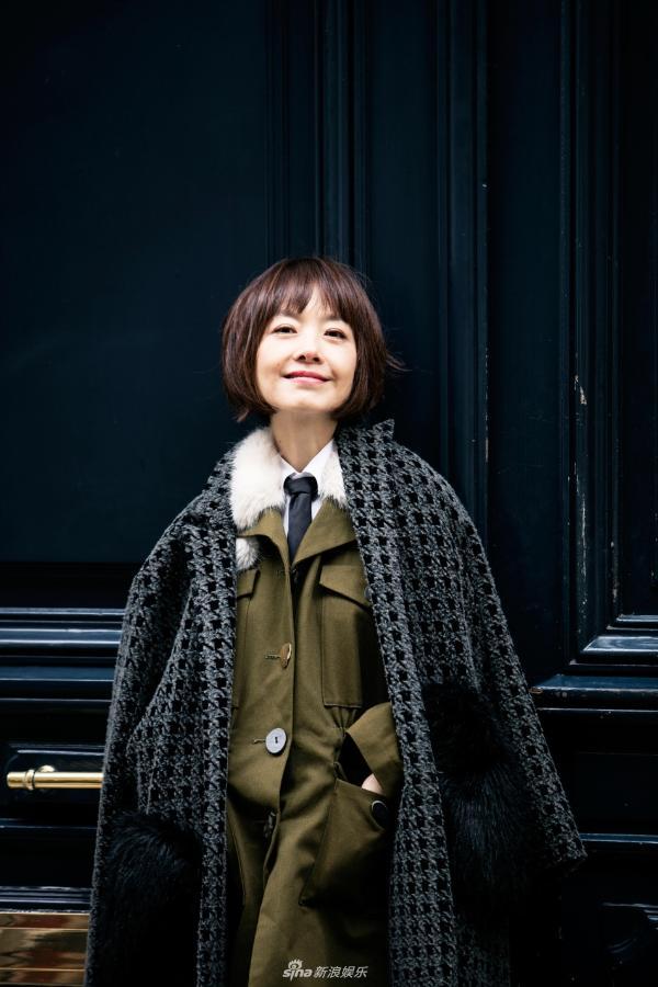 组图:陈鲁豫巴黎街拍知性典雅 黑色英伦风衣展曼妙身姿
