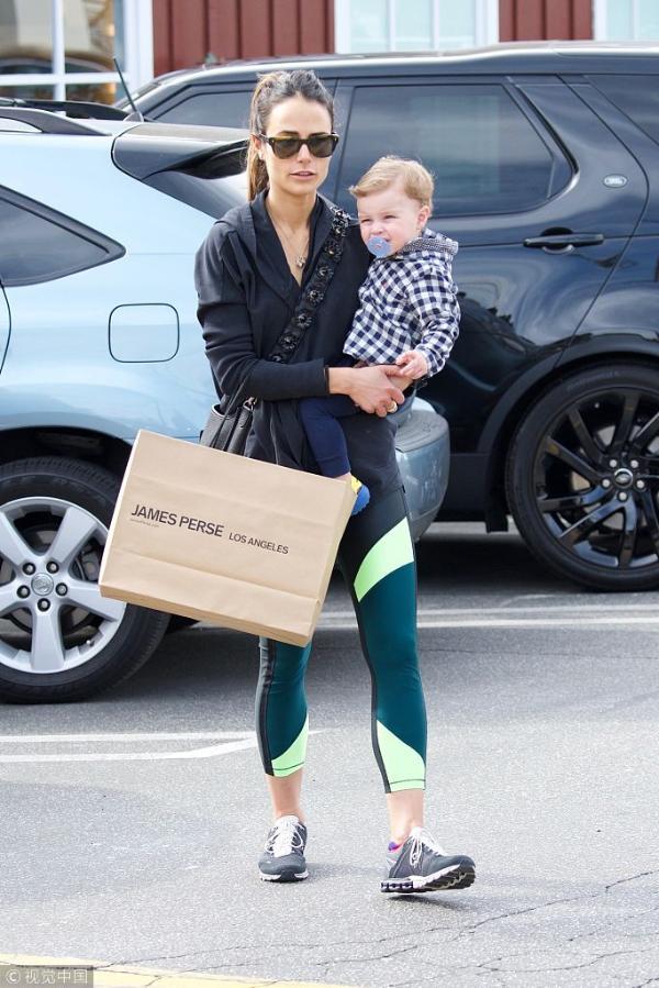 组图:乔丹娜抱儿子享受亲子时光 小正太盯镜头萌一脸
