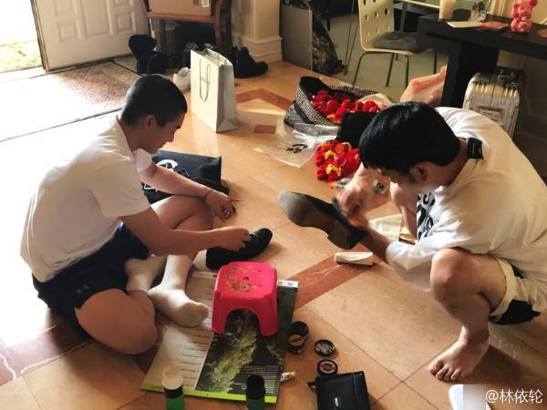 林依轮为给儿子庆生赴美替其擦鞋 道具齐全手法专业