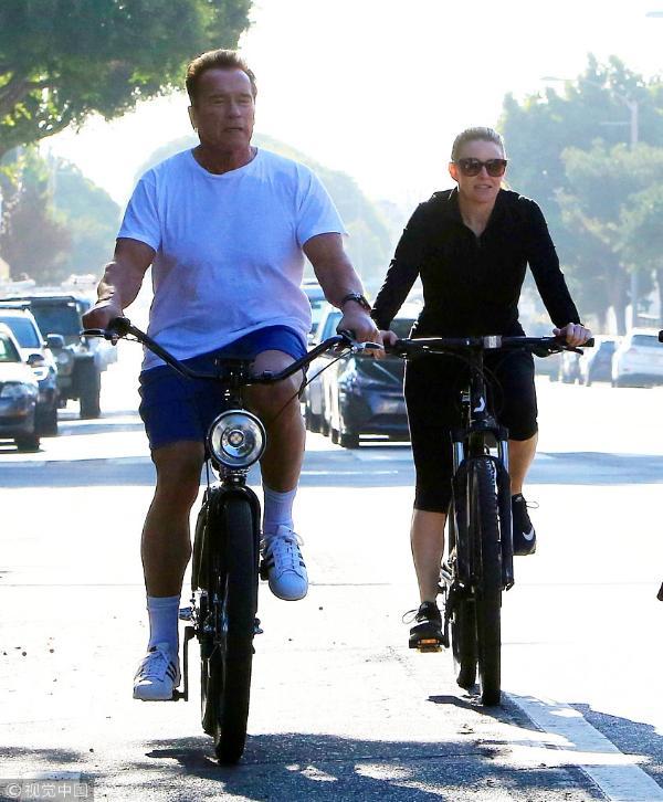 组图:70岁施瓦辛格依然健硕有型 与女友骑车健身悠闲十足