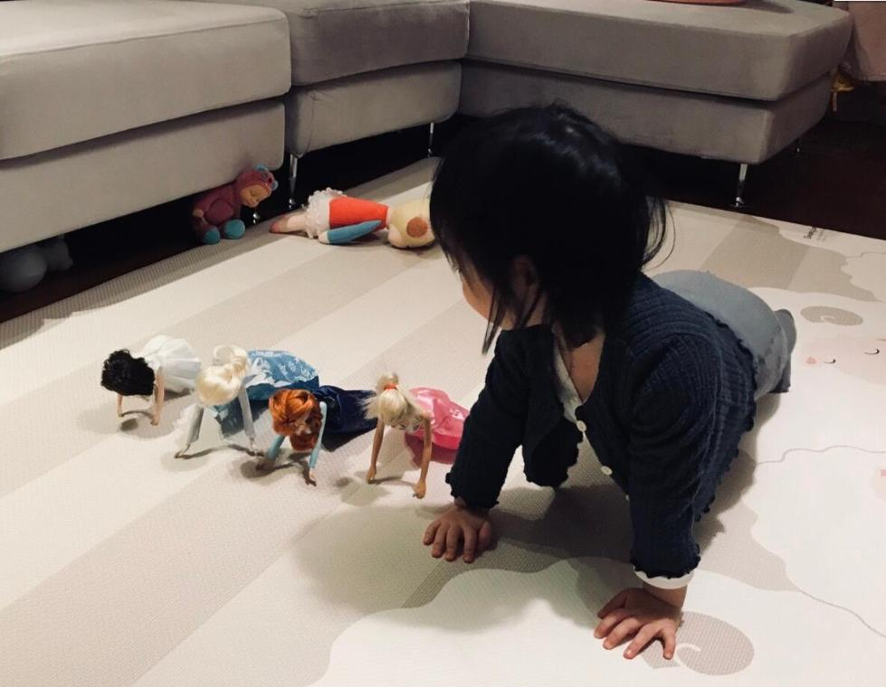 朱亚文2岁女儿做俯卧撑 完全遗传父母运动天赋!