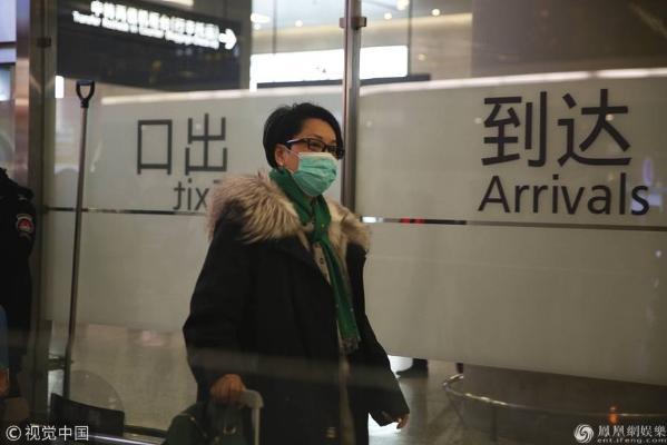 55岁毛阿敏低调现身机场 独自推行李无人识