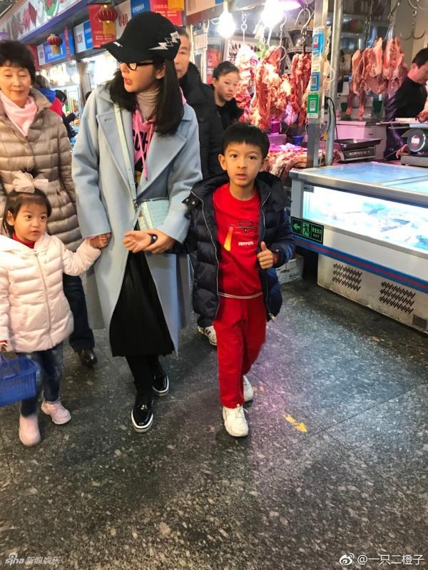 组图:李冰冰带小外甥逛菜市场被偶遇 打扮时髦被赞似少女