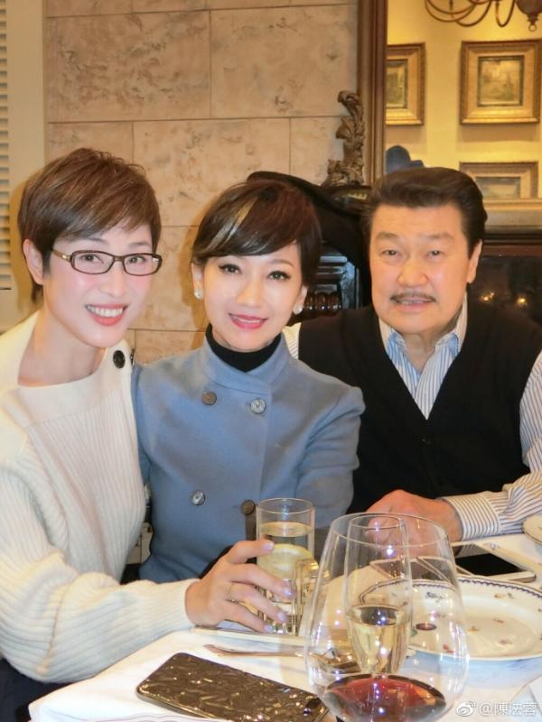 组图:陈法蓉向海岚赵雅芝夫妇聚餐 冻龄美貌吸睛
