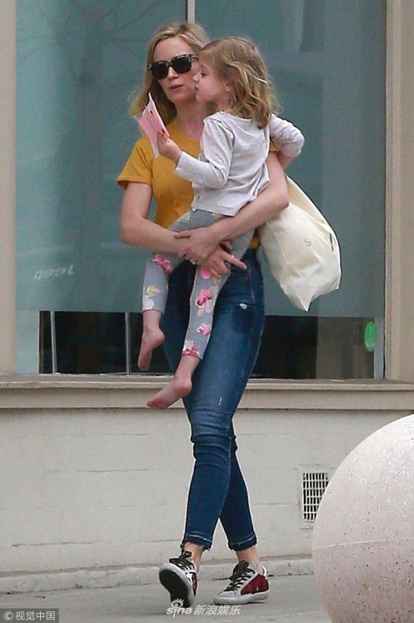 组图:艾米莉·布朗特墨镜遮面辣妈范十足 抱光脚丫女儿走路带风